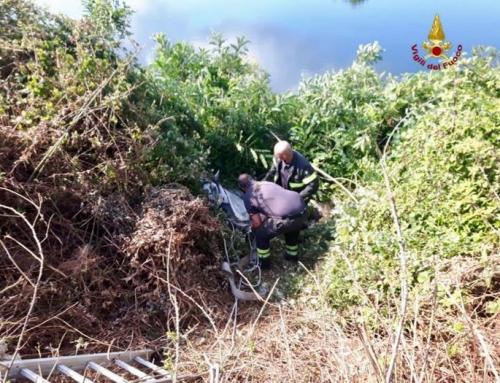 Ragazza e cavallo cadono nel burrone: salvati dai vigili del fuocoIntervento a Sarzana nei pressi di un lago