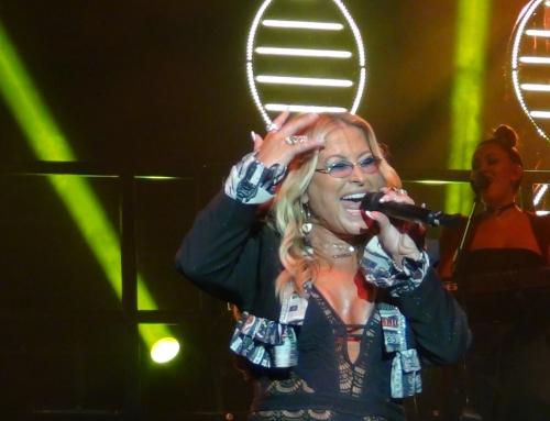 Anastacia, la leonessa del pop fa ruggire l'Arena del MareLa scaletta si apre con Left Outside Alone e il pubblico impazzisce