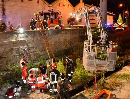 Scontro auto-moto a Genova Fegino, un ragazzo vola nel torrenteGrave 18enne dopo lo schianto in via Borzoli